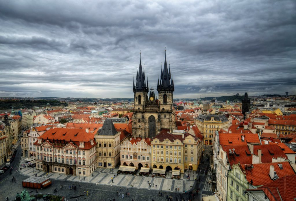 esk-republika-czech-republic-czech-czech-republic-praha-prague-prague-town-star-msto-stare-mesto-staromstsk-nmst-old-town-square-tnsk-chrm-tyn-church-sky-clouds-rain-people-house-buildings